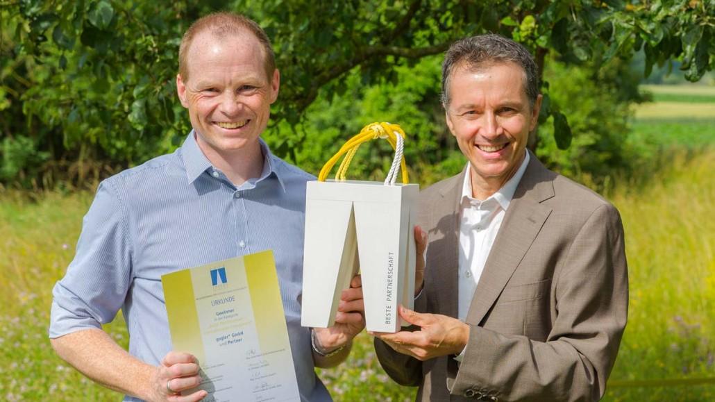 Ernst Gugler, CEO of the communication agency gugler*, hands over the TRIGOS award to Kasper Larsen from KLS PurePrint.
